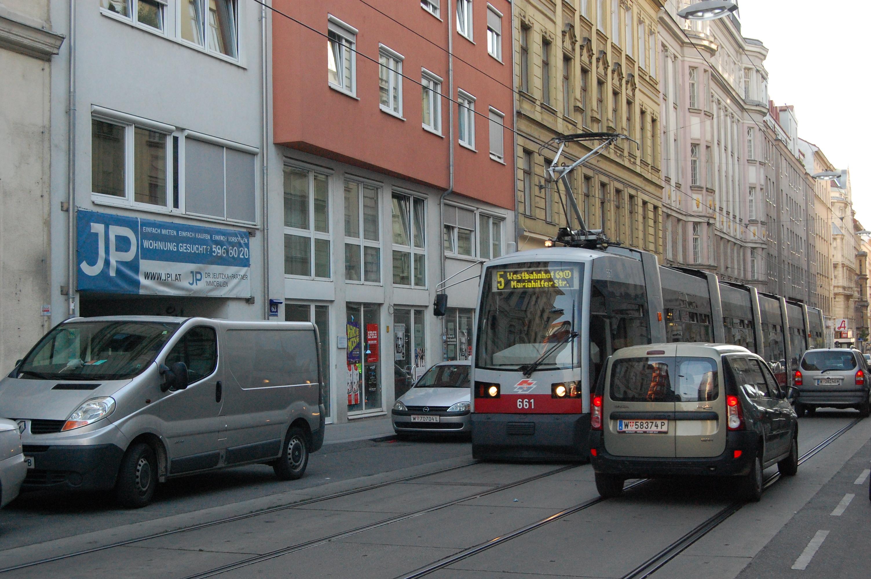 Los tranvías circulan por la carretera