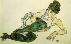 Mujer reclinada con medias verdes