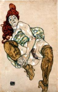 Mujer sentada con pierna derecha doblada