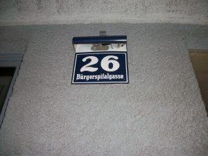 Bajo el número del portal siempre está escrito el nombre de la calle