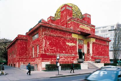 Secession pintada de rojo debido al centenario (Foto: Pez Hejduk)