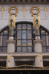Ángeles en la fachada principal
