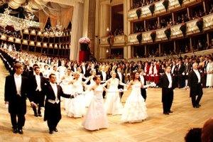Las parejas bailan valses vieneses