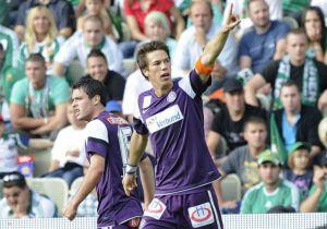Roland Linz luciendo los colores blanco y violeta