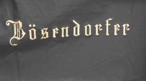 Logo de Bösendorfer en una funda de piano