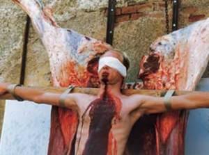 Performance de Hermann Nitsch, el cual suele usar sangre para crear sus obras